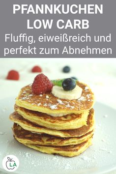 Low Carb Pfannkuchen mit Quark und Mandelmehl – Rezept zum Abnehmen Delicious low carb pancakes with curd cheese and almond flour. This healthy recipe without carbohydrates is perfect for losing weight. Slimming Recipes, Low Carb Recipes, Protein Recipes, Salad Recipes, Law Carb, Desserts Sains, Snacks Sains, Low Carb Pancakes, Fluffy Pancakes