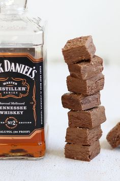 Jack Daniels fudge, a delicious, strong, easy-to-make, boozy fudge for grown-ups only! Chocolate and whiskey combined. Alcoholic Desserts, Köstliche Desserts, Chocolate Desserts, Delicious Desserts, Dessert Recipes, Chocolate Fudge, Cocktail Desserts, Chocolate Tarts, Chocolate Hazelnut