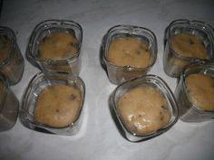 On continue avec les muffins aux pépites de chocolat : Recette : Pour 9 pots 200 g de farine 100 g de sucre 100 g de beurre 20 cl de lait 100 g de pépites de chocolat 1 oeuf 1/2 sachet de levure chimique 1 sachet de sucre vanillé Mélanger la farine, le... Actifry, Chocolate Chip Muffins, Griddle Pan, Flan, Cooking Tips, Biscuits, Food And Drink, Pudding, Pots