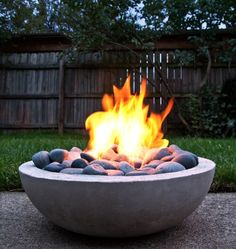 Do you want to know how to build a DIY outdoor fire pit plans to warm your autumn and make s'mores? Find 57 inspiring fire pit ideas in this article. Diy Fire Pit, Fire Pit Backyard, Backyard Bbq, Backyard Ideas, Patio Ideas, Firepit Ideas, Pergola Ideas, Decking Ideas, Modern Backyard