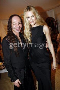 バックステージにて、ジョン・ガリアーノとカレン・マルダー(Karen Mulder)。  カレンは、綺麗ですね。少し痩せましたかね。 相変わらず美しくて嬉しいです。2007.7.2