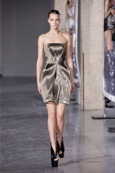Iris van Herpen Fall 2014 Ready-to-Wear Collection Slideshow on Style.com