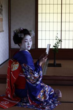 geisha-kai:   Maiko Koyoshi (??). Photo by Japanresor (CC BY-SA)(feel free to replace the question marks if you know it's her! I'm not certain myself)  Oh yes, this is lovely Koyoshi! ^^ Thank you for the submission!