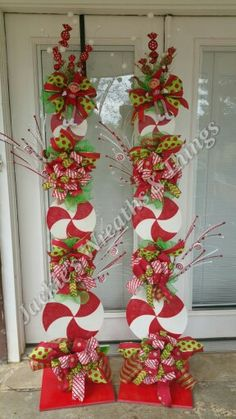 We would tell you about few simple and economical Christmas porch decoration ideas that can be used to decorate porches in this festival. Whoville Christmas, Christmas Porch, Outdoor Christmas Decorations, Winter Christmas, Christmas Wreaths, Christmas Ornaments, Peppermint Christmas Decorations, Gingerbread Christmas Tree, Christmas Tree Toppers