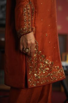 Embroidery Suits Punjabi, Hand Embroidery Dress, Kurti Embroidery Design, Embroidery On Clothes, Embroidered Clothes, Embroidery Fashion, Simple Pakistani Dresses, Pakistani Fashion Casual, Pakistani Dress Design