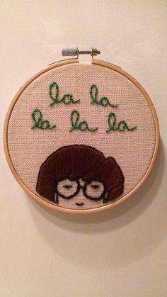 Este bordado con la cara de Daria y la canción del show que se te quedará en la cabeza por el resto del día:   21 Productos que todos los fans del show de Daria querrán tener