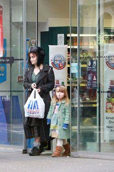 Хелена Бонэм Картер (45 лет) снята во время шопинга с дочерью Нелл (4 года) в Лондоне