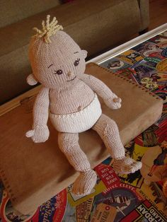 Baby Doll Set: Doll pattern by Susan B. Anderson Knit Baby--I can only think of my expectant niece--she could do this with her eyes closed. Knitted Doll Patterns, Knitted Dolls, Baby Knitting Patterns, Crochet Dolls, Baby Doll Set, Teddy Bear Clothes, Knitting For Charity, Creative Knitting, Knitted Animals