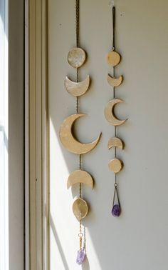 Mooie decretive klokkenspel, gouden bladerde maanfase op basis van de keten. Amethyst accent brengt dit stuk samen en geeft het een elegante uitstraling.  Maten: Lengte: ongeveer 15 in.  Deze zijn gemaakt op bestelling en gereed voor verzending binnen 3-5 werkdagen. Neem contact met mij op als je het eerder nodig.  - - - - - - - - - - - - - - - - - - - - - - - - - - - - - - - - - - - - - - -   In vergelijking met de $178.00 vrije mensen maan klokkenspel…
