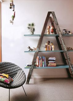 DIY ladder shelf ideas - Easy ways to reuse an old ladder at home A Frame Bookshelf, Ladder Bookcase, Bookshelf Ideas, Frame Shelf, Unique Bookshelves, Rustic Bookshelf, Old Ladder Shelf, Triangle Bookshelf, Wooden Ladder Decor