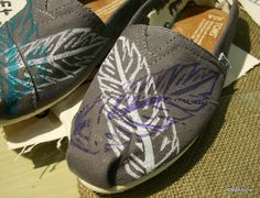 *gasp* i will be ordering these customer toms in purple and white for the girls! probably for me too!