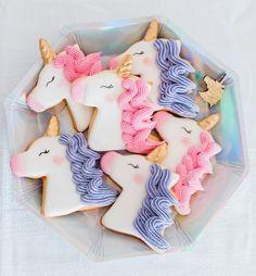 Des biscuits licorne rose et violets pour une baby shower