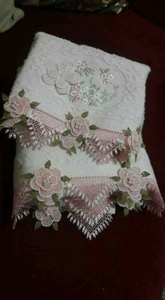 29 Modelle mit floraler Nadelspitze und Hijab-Kante 29 models with floral needlepoint and hijab edge, Decorative Towels, Needle Lace, Ribbon Embroidery, Crochet Lace, Vintage Sewing, Baby Knitting, Needlepoint, Tatting, Sewing Crafts