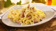 Spaghetti Carbonara Spaghete gatite cu bacon, smantana, legate cu galbenus de ou si parmezan.