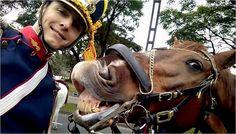 Sebastián Mildemberger es oficial del Ejército Argentino, está en el Regimiento de Granaderos a Caballo hace dos años. Este domingo se sacó una selfie junto a su caballo en el desfile del Bicentenario y revolucionó las redes sociales. (@Granaderosarg...