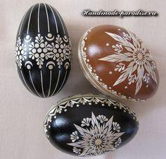 decorating Easter eggs using a straw Eastern Eggs, Russian Folk Art, Painted Ornaments, Egg Art, Egg Decorating, Womens Slippers, Happy Easter, Painted Rocks, Easter Eggs