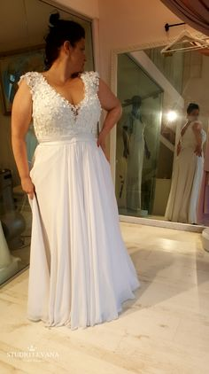 Real curvy bride in a Studio Levana plus size wedding dress with bodice . - Real curvy bride in a Studio Levana plus size wedding dress with bodice with floral pattern … - Wedding Dresses Canada, Plus Size Wedding Gowns, Western Wedding Dresses, Pakistani Wedding Dresses, Designer Wedding Dresses, Plus Size Dresses, Bridal Dresses, Dresses Dresses, Plus Size Elopement Dress