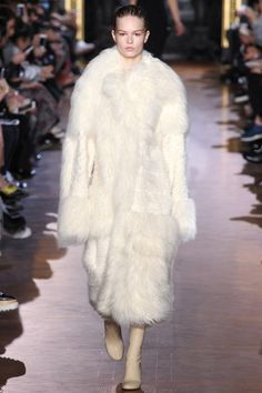 See the best white #fur #coats on the #FW15 runway to inspire your perfect #Winter #wedding: http://voguefr.fr/WinterWeddingCoats…