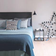Une chambre au linge de lit bleu