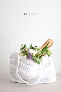 DIY Rope bag perfect for spring and Summer. How To Instructions here: www. DIY Project on Diy Projects To Try, Sewing Projects, Image Deco, Style Me Pretty Living, Diy Tote Bag, Tote Bags, Do It Yourself Inspiration, Diy Sac, Do It Yourself Fashion