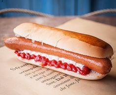 STRAghiotto; l'Hot Dog di Strampalato. Pane artigianale al latte, preparato da un antico forno riminese, Würstel originale tedesco di carne suina, servito con la Strampalata maionese e ketchup artigianali.