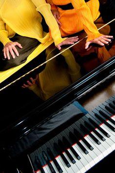 Mehrshid Afrakhteh explore ses propres expériences sensibles vécues lors d'événements scéniques en tant que pianiste-duettiste, mais aussi en tant que spectatrice enthousiaste à assister particulièrement à des concerts en formation de duo de piano.