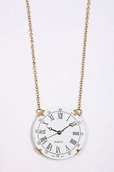 reloj de bolsillo a modo de colgante, de estética vintage, de Urban Outfitters.