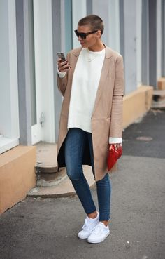 Love the trench Vans Authentic White, Classy Casual, Casual Winter Outfits, Fashion Wear, Fasion, Casual Street Style, White Women, Jeans Style, Everyday Fashion