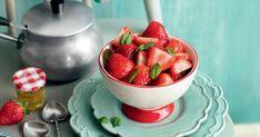 Dégustez les fraises comme jamais avec cette recette simple de fraises au basilic et vinaigre balsamique blanc. Le plat parfait pour terminer un repas estival en beauté et tout en fraîcheur! Strawberry Roses, Vinaigrette, Just Desserts, Fruit Salad, Sweets, Food, Parfait, Comme, Fresh