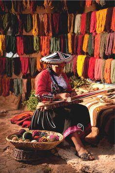 Los textiles cusqueños cobran vida gracias a la exitosa labor llevada a cabo por cientos de mujeres del valle del río Vilcanota. De esta manera, sus diseños, técnicas y formas de teñido natural son aplicados y transmitidos a las nuevas generaciones. ¡Color, intensidad y simbolismo siempre presentes!