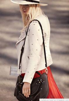 vestido largo rojo y chaqueta blanca