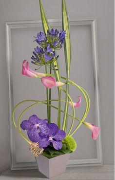 Swing: Composition graphique et élancée avec callas roses recourbés et d\'orchidées Vanda violettes #callas #orchidée #fleurs
