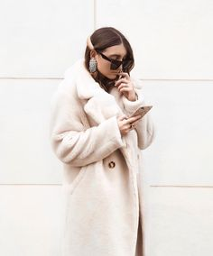 White Teddy coat White Outfits, Fall Outfits, Cozy Outfits, Fashion 101, Womens Fashion, Teddy Coat, Inspiration Mode, Winter Looks, Fur Coat