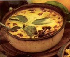 national dish of SOUTH AFRICA is bobotie, spiced minced meat baked baked with an egg based topping. Cape Malay origins, closest to being the national dish of South Africa because it isn't made in any other country South African Dishes, South African Recipes, Africa Recipes, Food Hub, National Dish, Meat Loaf, Mince Meat, Banana, Lentils