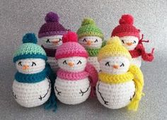 These are cute snowmen. Like the embroidered arms. The free pattern is in Catalan and available on descabdello.blogspot.com.es  There are so many free Snowman patterns in this directory. Have a look :