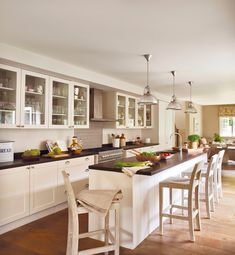 Gran cocina blanca con isla y taburetes_ 00368832
