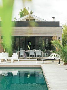 Moderne, cette piscine a un fond inhabituel, couleur bleu-vert !  #pool #dccv #swimmingpool #piscine