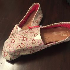 NWOT TOMS 9.5 burlap pink and red heart shoes OMG these 9.5 NWOT TOMS burlap with red and pink embroidery hearts are adorable !!! TOMS  Shoes Flats & Loafers
