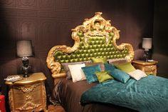 chambre style baroque et tête de lit capitonnée en satin vert Baroque Bedroom, Deco Baroque, Satin Vert, Lounge, Couch, Design, Furniture, Home Decor, Style