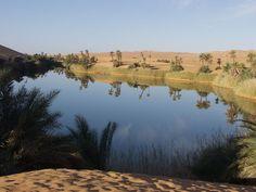 En las dunas de Ihhan Ubari, en Libia, existen unos 15 lagos de agua salada, entre ellos el más grande llamado Mandara. Sin embargo el más llamativo es el lago llamado Umm el-Maa, también apto para darse un chapuzón.
