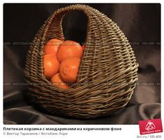 Плетеная корзина с мандаринами на коричневом фоне, фото № 185409, снято 23 января 2008 г. (c) Виктор Тараканов / Фотобанк Лори