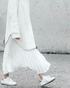 minimal chic White total look. Sneakers, pleated skirt and long white sweater. Looks Street Style, Looks Style, Looks Cool, Modern Street Style, Street Chic, Look Fashion, Fashion Outfits, Fashion Design, Fashion Trends