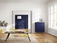 Serie: Ligran Highboard mit Möbelfuß Ausführung: 2 Türen, 4 Schubkästen Grundkorpus: Basalt Deckplatte & Seitenwangen: Stahlblau lackiert Fronten: Stahlblau lackiert
