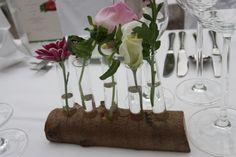 Natur pur - Baumstamm Centerpiece mit Reagenzgläschen und Wiesenblumen; Hochzeit in Garmisch-Partenkirchen, Riessersee Hotel Resort, Bayern, Wedding in Bavaria