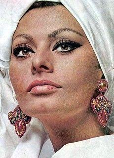 Maquillage Sophia Loren, Sophia Loren Makeup, 1960s Makeup, Vintage Makeup, Iconic Makeup, Classic Beauty, Timeless Beauty, Sophia Loren Images, Italian Beauty