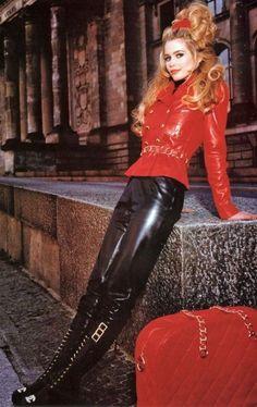 Claudia Schiffer - Supermodel - FASHION SIZZLE