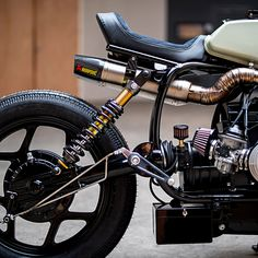 Vintage Motorcycles BMW cafe racer by Ironwood Motorcycles - Just when we thought we'd seen every possible permutation of BMW cafe racer, along comes something that blows our socks off. Custom Bmw, Custom Cafe Racer, Cafe Racer Bikes, Cafe Racer Motorcycle, Motorcycle Seats, Bmw Motorcycles, Vintage Motorcycles, Custom Motorcycles, Custom Bikes