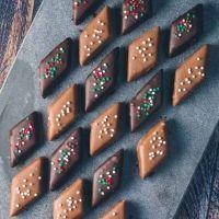 Daim konfekt med marcipan og chokolade. Nem konfekt med Daim stykker, som du kan lave derhjemme. Lav din egen konfekt med Daim. Opskrift med god vejledning!