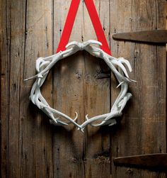 Deer Antler Wreath...I'm thinking this with a monogram in the middle to go with my hunting season stuff.  I must try this with my faux antlers...  hmmmmm
