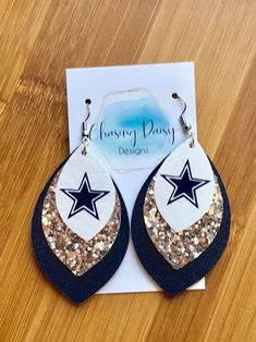 Aretes Dallas Cowboy The post Pendientes Dallas Cowboy appeared first on Platinium Moda. Diy Leather Earrings, White Earrings, Leather Jewelry, Crystal Earrings, Women's Earrings, Button Earrings, Wood Earrings, Teardrop Earrings, Dallas Cowboys